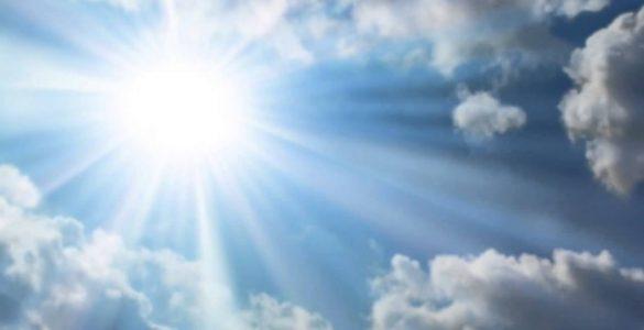 Zon met wolkenlucht