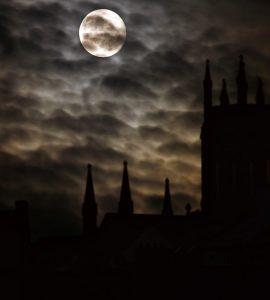 Kasteel in volle maan